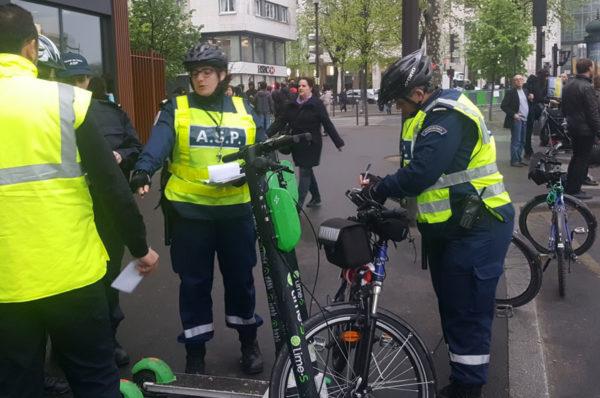 Premiers parking pour les trottinettes à Paris. Le stationnement sur les trottoirs désormais interdit