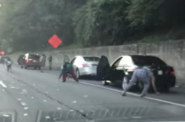Une autoroute américaine pleine de billets de banque au sol provoque une émeute